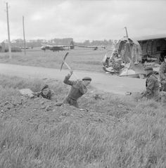 Commandos of 1st Special Service Brigade digging in near Horsa gliders on 6th Airborne Division's landing zone east of the River Orne, near Ranville, on the evening of 6 June 1944. Battle Of Normandy, D Day Normandy, Normandy Invasion, Normandy Beach, Ww2 Pictures, Ww2 Photos, Historical Pictures, D Day 1944, British Commandos