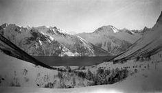 "SFFf-100585.274980 Tekst i negativalbum: ""82. Standal med fjorden"" landskap, dal, fjord, skigåarar, Ørsta, Store-Standal | 1924 - 1924"