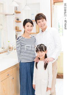 キッチンでリラックスする家族イメージ