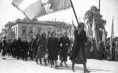 28 ΟΚΤΩΒΡΙΟΥ 1946     Χήρες, μητέρες και κόρες πεσόντων της περιόδου 1912-1922 παρελαύνουν στην πλατεία Συντάγματος στις 28 Οκτωβρίου του 1946 (φωτ.: Εταιρεία Φίλων του Ελληνικού Λαού).
