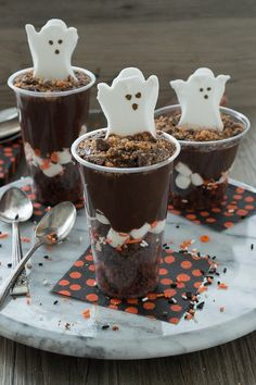 Halloween Treats That Are Spooktacular! Celebrate Halloween with a pudding parfait! Add in brownies, marshmallows, pudding, and your favorite halloween candy. Halloween Desserts, Halloween Cupcakes, Postres Halloween, Fete Halloween, Halloween Food For Party, Halloween Candy, Holidays Halloween, Fall Treats, Holiday Treats
