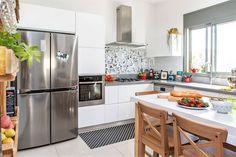 אחרי שנבחרים האריחים, לא מסתיימת מלאכת ההלבשה של הקירות במטבח. מארוניות צבעוניות ושוברי חמימות ועד איורים ומראות לאפקט של חלון – כך תשלימו את החסר בלי להיכנס ללחץ Kitchens, House Design, Bath, Illustration, Table, Furniture, Home Decor, Bathing, Decoration Home