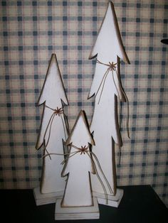 primitive trees on stands. would be nice adorned with the string and a silver or gold bell, or painted poinsettia, or even a plaid wire edged ribbon, and put outside in front of the mailbox post or on porch steps Christmas Wood Crafts, Pallet Christmas, Wooden Christmas Trees, Noel Christmas, Primitive Christmas, Country Christmas, Christmas Projects, Winter Christmas, Holiday Crafts