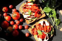 tostada-de-tomates-con-aguacate-y-queso-cabra