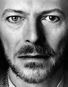 """""""Ce jour là, Bowie a voulu mettre le CD de la musique du film """"Furyo"""" (dans lequel il avait joué) composée par Ryuichi Sakamoto et le Yellow Magic Orchestra"""", se souvient Monsieur Sukita. """"Il était très concentré, presque immobile, et à un moment donné son regard a semblé très emu, il avait les larmes aux yeux. C'est vrai que c'est un film sur la guerre. Je me suis alors approché. Ca a été un moment très fort, j'avais l'impression de voir passer toutes les subtilités de Bowie dans son…"""