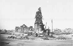 Berlin. Die Reste des Rolandbrunnens auf dem Skagerrak Platz (heute Kemperplatz). Dahinter die Ruine des Reichstages. 1945.
