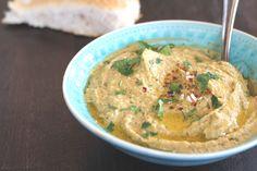 Kichererbsen, Sesampaste, Olivenöl – viel mehr braucht es nicht für ein köstliches Hummus, das auf keiner orientalischen Mezze-Platte fehlen darf. Lasst mal Euren Blick durch den Vorratsschra…
