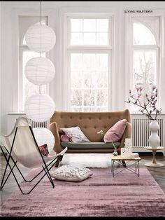 Аксессуары розового цвета в интерьере гостиной