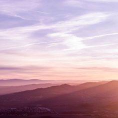 La magie des levers de soleil ✨ J'aime ce genre de moments où je suis seule contemplant le monde se réveiller, c'est un sentiment tellement particulier ... Et j'adore aussi voir le soleil doucement apparaître et observer ses rayons envahir le paysage 💛! Un moment de pure beauté !
