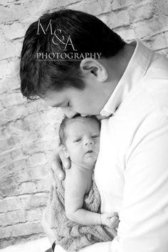 Studio, Studiofotografie, Fotografie, Fotos Neugeborene, Neugeborenenfotos, Neugeborenenfotografie, Junge, natürliches Licht, Vater-Sohn, Hintergrund Steine