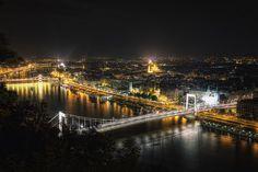 La noche de Budapest, desde una colina. Fotografía de Conor MacNeill