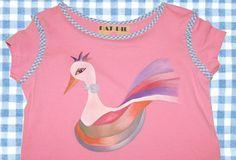 camiseta rosa con pàjaro de colores de PatPil en Etsy Textiles, V Neck, Bird, Shirts, Etsy, Women, Fashion, Rose T Shirt, Colorful Birds