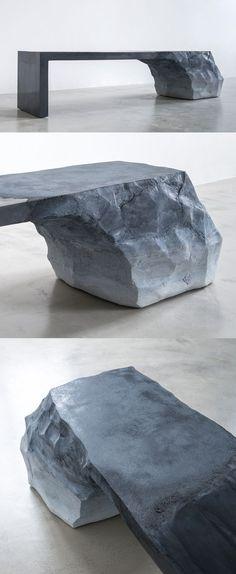 Arena y cemento transformado en una pieza que se encuentra en algún lugar entre la escultura y el banco.