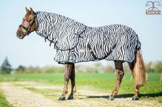 Profi-rider vliegendekens in de aanbieding  —  Profi-Rider Zebra vliegendeken met afneembare hals, loopsplitten, kruissingels en staartflap. De bovenkant van de hals en de schouders zijn glad gevoerd om schuren te voorkomen.  Kleur: Zebra 125/175 + 135/185 + 145/195 + 155/205 + 165/215 Normaal €79,95 nu €32,50 www.limburgsruiterhuis.nl Giraffe, Horses, Animals, Blankets, Om, Horse, Felt Giraffe, Animales, Animaux