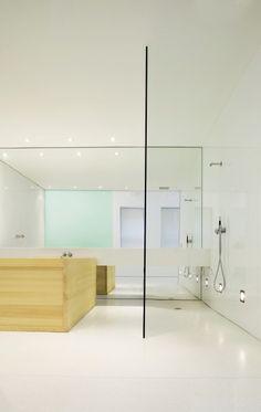:: BATHROOMS :: Stephen Roberts, an Australian designer based in New York. Love the Japanese soaker tub in a minimal interior  #interiors #NewYork
