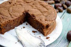 Ein Maronen-Schokoladen-Kuchen ist eine gute Wahl, wenn es mal wieder ein Schokokuchen sein soll, der etwas anders ist. Vor allem natürlich für die Herbst- und Wintersaison sind Maronen zu empfehle…