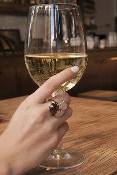 Anillos originales, anillo para boda, anillo con piedras semipreciosas, anillo grande, anillo elegante. Cuarzo rosa, cuarzo fumé, piedraluna. Copa de vino, vino blanco. Mano con anillo.  Joyas Coolook