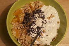 Noras Power-Frühstück für einen anstrengenden Lerntag: Mandarinen, Apfel, Mohn, Joghurt und Dinkelflakes.