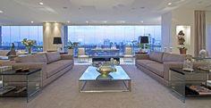 A área social do apartamento é sofisticada e minimalista, com toque clássico no…