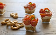 Finger food tricolori: bicchierini con taralli, burrata e pomodorini confit. Rice Desserts, Cheesecake, Party Finger Foods, Party Buffet, Cooking Time, Food Art, Brunch, Food And Drink, Appetizers