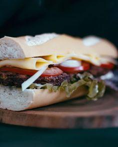 Baguette, tomate, cebolla morada, Santa Burguesa de porotos Aduki y provenzal, queso, lechuga y mayonesa. Sandwiches, Queso, Baguette, Food, Mayonnaise, Lettuce, Essen, Meals, Paninis