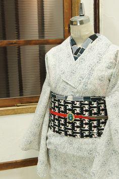 白地に絣織り風に染め出された西洋のレトロタイルを思わせる装飾模様がロマンチック・モダンな夏着物風の浴衣です。