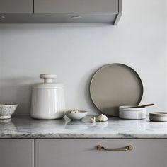 Con estos trucos acertarás al escoger el material para la encimera de tu cocina moderna Grey Kitchen Interior, Grey Kitchens, Cool Kitchens, Cottage Kitchens, Modern Kitchens, Design Hall, Küchen Design, Home Design, Interior Design