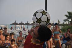 Beach entertainment football freestyler http://streets-united.com/blog/freestyler-de-futbol-para-eventos-en-espana/
