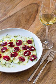Zucchini-Carpaccio mit Roter Bete - The Art of Plating - Salat Zucchini Carpaccio, Veggie Recipes, Healthy Recipes, Veggie Food, Healthy Food, Starters, Catering, Beverages, Drinks