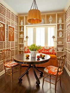 High-contrast cream-on-brown wallpaper from China Seas wraps this room in retro appeal. Vintage chairs and a window seat in orange complement the brown tones. - Traditional Home® Photo: John Ellis Design: Carmen Lopez Dining Room Bench, Dining Room Design, Dining Area, Small Dining, Dining Rooms, Design Room, Chinoiserie Chic, Vintage Chairs, California Homes