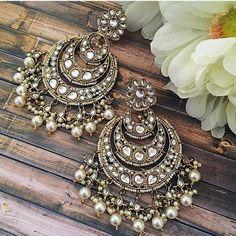 Indian Bridal Jewelry Sets, Bridal Jewelry Vintage, Indian Jewelry Earrings, Fancy Earrings, Jewelry Design Earrings, Ear Jewelry, Hoop Earrings, Antique Jewellery Designs, Fancy Jewellery