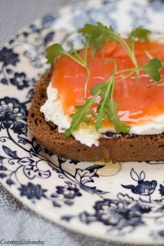 Coentros & Rabanetes: Sandes de salmão fumado, mel e ervas   Smoked salmon, honey and herbs sandwich
