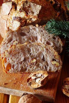 Друзья, привет! Вы еще успеете, прямо сейчас бегите ставить опару на этот хлеб, потому что он бесподобен! Я его пекла на Новый год и буду печь к Рождеству, он того стоит! Несмотря на то, что этот хлеб появлялся на моем столе миллион раз и подовым, и формовым, и с добавками, и просто так, в блоге его до сих пор нет, что давно пора исправить!