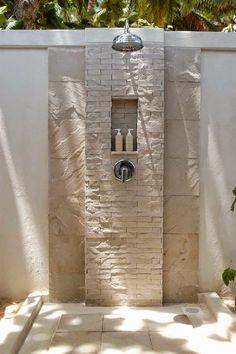 Nada mais refrescante do que poder tomar uma ducha ao ar livre. Linda ideia de chuveiro para area externa usando limestone.