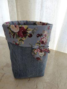 Uma perna de uma calça jeans,  transformada em um lindo cesto organizador.