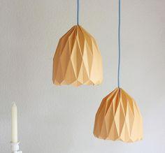 Une suspension design à fabriquer soi-même, facile à faire et vraiment pas cher. Réaliser rapidement cet abat-jour en papier de niveau origami facile.