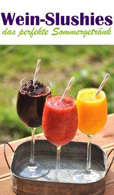 Wein-Slushies sind das perfekte Sommergetränk aus gefrorenen Früchten, Eiswürfeln und Wein. Erfrischend, lecker und ganz einfach zu machen!