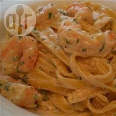 THE BLACK MARTHA STEWART: Romantic Dinner: Shrimp Fettucine Alfredo.sauce takes a while to thicken.but its well worth the extra stir because its is delicious! Prawn Pasta, Shrimp, Pasta Recipes, Cooking Recipes, Healthy Recipes, Skillet Recipes, Cooking Ideas, Healthy Foods, Fettucine Alfredo