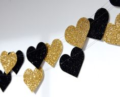 Heart Glitter Paper Garland, Gold and Noir, Gold and Black, Bridal Shower, Party Decorations, Birthday Decor door TheLittleThingsEV op Etsy https://www.etsy.com/nl/listing/183219643/heart-glitter-paper-garland-gold-and