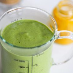Dzień dobry! Dziś na blogu piszę o tym, jak wzbogacić koktajl w przeciwutleniacze. Wystarczy do smoothie dodać trzy małe składniki, które znajdziemy w każdej kuchni :-) Szczegóły na agataberry.pl - link w opisie. #zielonekoktajle #koktajl #smoothie #szpinak #jemzdrowo #blender #blendowanie #zdrowie #zdrowaprzekąska #agataberry #dietamatkikarmiącej Liquid Measuring Cup, Superfoods, Matcha, Smoothies, Fruit, Tableware, Blog, Diet, Smoothie