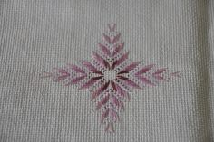 Discover thousands of images about Huck Embroidery / Punto Yugoslavo / Swedish Weaving / Bordado Vagonite Swedish Weaving Patterns, Swedish Embroidery, Monks Cloth, Couture Embroidery, Bargello, Embroidery Techniques, Vintage Patterns, Needlepoint, Blackwork