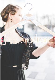 Der Bügel kann mit eurem Wunschnamen personalisiert werden: ♥ Die Farbe des Bügels (weiß, helles oder dunkles Holz) ♥ ... des Drahtes (gold, silber, schwarz) ♥ ... der Schleife ... können...