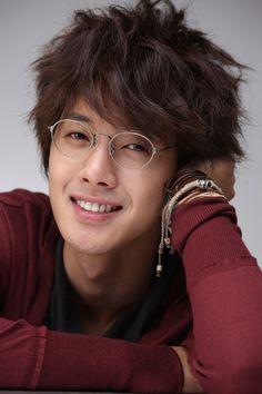 A mediados de Noviembre vimos  el calendario 2011  de Kim Hyun Joong  líder de SS501 , para la marca de pollo Hotsun Chicken, ahora felizme...