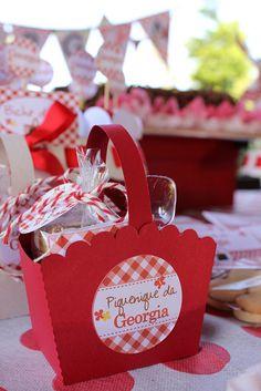Em um dos lados da cesta, etiqueta escrito Piquenique da Georgia. Do outro lado, o TAG de agradecimento.  060 by PraGenteMiúda, via Flickr