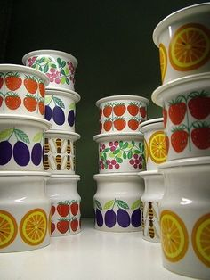 Samling av Arabia Pomona Krukker - FINN Torget. Selger min samling av Arabia marmeladekrukker. Honning, Jorbær, Plomme, Abstakt, Appelsin, Tyttebær.  Produsent: Arabia Finland, Design: Designår: 1965, Produksjon: 1965-73.  Lingon: 350,-, Abstakt: 350,-, Jordbær: 350,-, Plomme stor: 390,-, Bier: 650,-.  Har totalt tre lokk, så disse kan kjøpes med for 50,- til hvilken du måtte ønske - førstemann til mølla ...