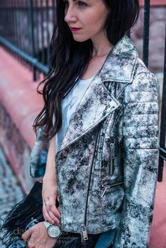 Outfit mit silberner Lederjacke, ripped Jeans und Bandhirt | Metallic Trend | OOTD | Outfit of the day | Outfitinspiration | Julies Dresscode - Fashion Blog | https://juliesdresscode.de