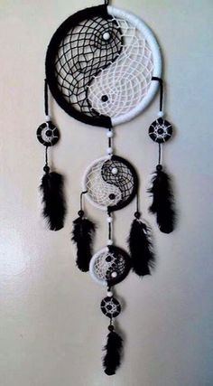 26 Beautiful Dream Catcher Ideas and Tutorials 19 Yin Yang Black and White Dream catcher Los Dreamcatchers, Beautiful Dream Catchers, Dream Catcher Craft, Making Dream Catchers, Black Dream Catcher, What Are Dream Catchers, Dream Catcher Bracelet, Diy And Crafts, Arts And Crafts