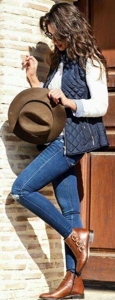 Jeans  Chaleco  Botines camel  Blusa azul a rayas  Suéter hueso  Sombrero café