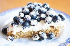 """NYDELIG KAKE! Se også """"Ritzkake med vaniljekrem og bær"""", som er omtrent tilsvarende kake, men som dekkes med vaniljekrem i stedet for pisket krem."""