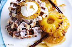 Gebratene Ananas mit Zimt-Ingwer-Waffeln und Crème fraîche Creme Fraiche, French Toast, Breakfast, Desserts, Food, Cinnamon, Roast, Dessert Wine, Waffles